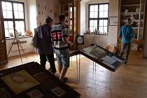V Rymicích na tvrzi probíhá výstava výtvarných prací pedagogů Zlínského kraje a dětí ze Základní školy Rymice.