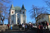 Desítky lidí si už tradičně zpestřily poslední den roku 2016 vycházkou k vánočně nazdobené bazilice na svatém Hostýně. Potkat mohli třeba portáše, tradiční strážce hor ve stylových kostýmech.