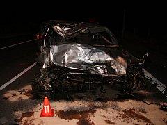Půl hodiny po pondělní půlnoci havaroval na dálnici D55 třiatřicetiletý muž za volantem Peugeotu 608. Při průjezdu zatáčkou usnul a vyjel mimo vozovku na travnatý pás na začínající kovová svodidla, auto se pak převrátilo do příkopu a po kotrmelcích přes s