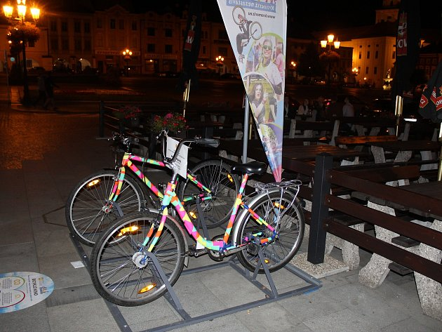 Nová atrakce kroměřížské radnice vydržela v provozu necelé tři týdny. Zatímco bicykl, který spouští zvuk stále funguje, kolo spouštějící promítání čeká na opravu.