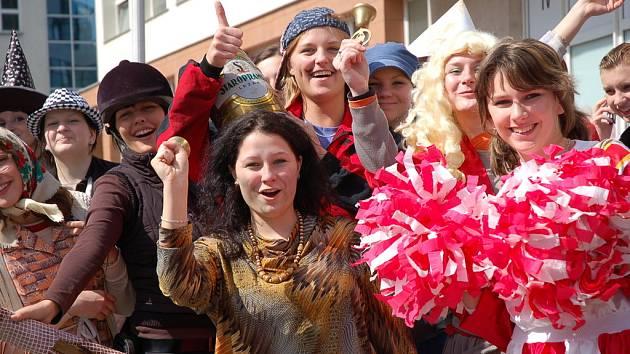 Poslední zvonění. Maturanti vsetínských středních škol vyrazili do ulic Vsetína.