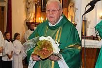 V neděli 15. července 2018 se v kostele ve Zdounkách konala slavnostní mše svatá, kterou sloužil arcibiskup olomoucký Jan Graubner. Na závěr bohoslužby byla udělena trojice čestných občanství obce Zdounky. Na snímku je devadesátiletý kněz Jaroslav Nesvadb