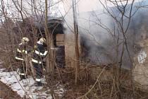 Starý dům, který v Hulíně obýval bezdomoc, shořel. Hasiči plameny zlikvidovali během pár minut.