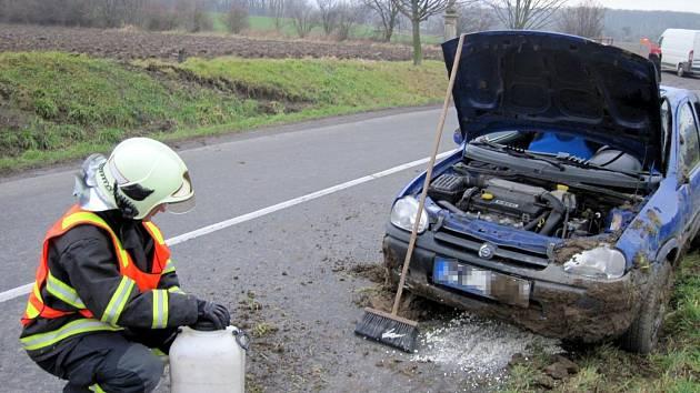 K havarovanému autu vyráželi hasiči v pátek ve dvě hodiny odpoledne do Holešova.