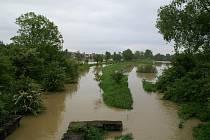 Rozvodněný potok v Chropyni.