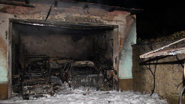 Pět jednotek hasičů muselo v sobotu před půlnocí zasahovat u požáru garáže ve Vrchlického ulici v Kroměříži