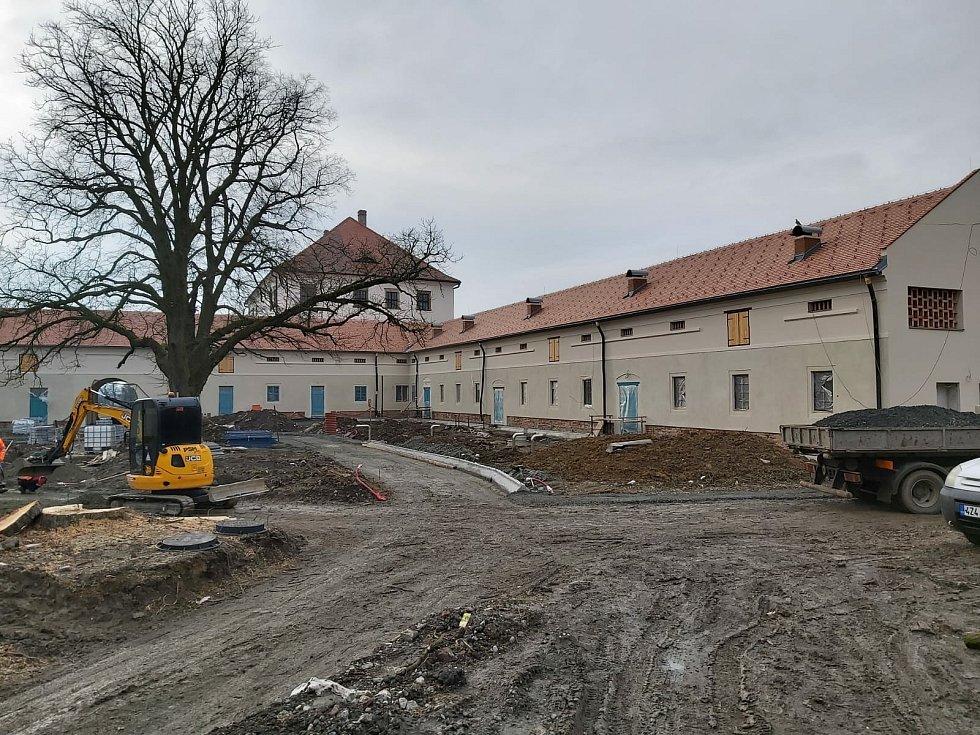 Hospodářský dvůr v Rymicích, opravy, únor 2021.