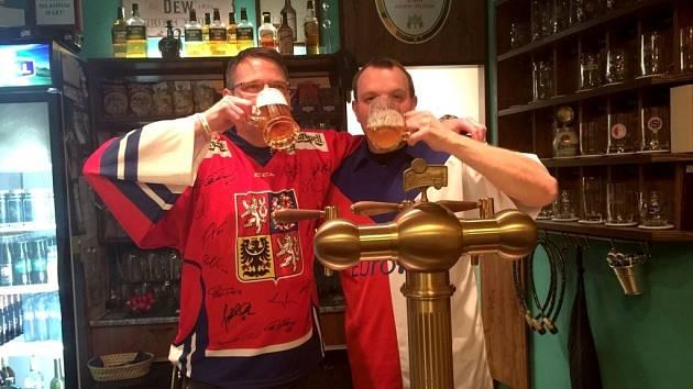 Ve staré Plzeňské pivnici žijí hokejem