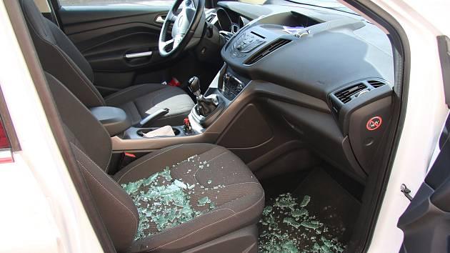 Škodu za dvacet čtyři tisíc korun způsobil ve středu 21. března zloděj, který dvaašedesátileté ženě v Bystřici pod Hostýnem vykradl vůz značky Ford Kuga.
