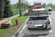 Dopravní nehoda v obci Horní Lapač na Holešovsku skončila poškozením obou zúčastněných aut, jedno bylo veteránem slavné značky Triumph.FOTO: HZS ZK