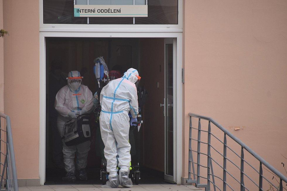 Převoz pěti pacientů s onemocněním covid-19 z nemocnic ve Zlínském kraji do FN Motol v Praze.