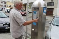 SMS platby za parkování jsou dostupné v Kroměříži, Holešově a Bystřici pod Hostýnem. Většina řidičů však stále radši platí u automatu.