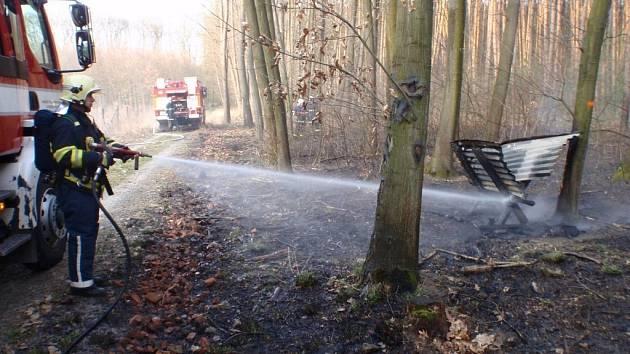 Kroměřížští hasiči se potýkali s požárem lesa a krmelce v lokalitě Zámeček. Škoda se vyšplhala na jednadvacet tisíc korun
