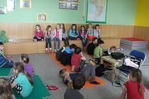 Krásnou lípu zasadily už v úterý na zahradě Tymy centra děti z Holešova v rámci oslav Dne země. Naučily se mimo jiné i jak se třeba třídí odpad.