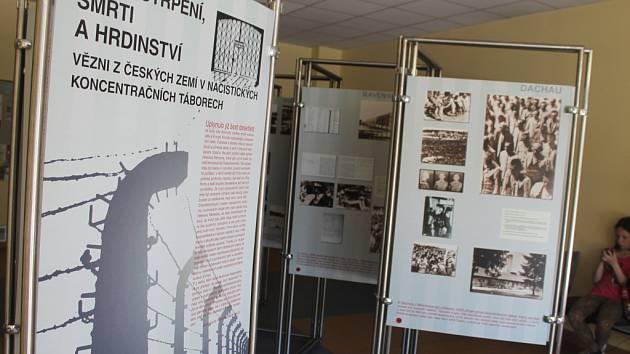 Knihovna Kroměřížska nabízí výstavu Místa utrpení, smrti a hrdinství, která ukazuje život českých vězňů v koncentračních táborech.