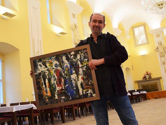 Volné výtvarné sdružení Valašský názor vystavuje v těchto dnech na zámku v Holešově: na snímku Oldřich Krajíček se svým obrazem ve Velkém sále zámku.