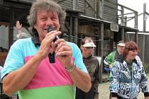 Standa Hložek zpíval ke Dni invalidních dětí na ranči v Kostelanech