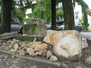 Bouřka, která se regionem prohnala v pondělí 15. srpna 2011 večer, rozbila na úlomky sochu Panny Marie v Loukově.