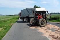 S masivním únikem provozních kapalin a olejů se museli ve čtvrtek ve dvě hodiny odpoledne potýkat hasiči u Rymic, kde se srazilo osobní auto a traktor.