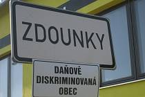 Dne 26. května 2009 se po celé České republice rozjela akce na podporu Sdružení místních samospráv. Cílem je donutit stát lépe přerozdělovat peníze ze sdílených daní. Obce projekt podpořily vyvěšením cedulí: Daňově diskriminovaná obec.