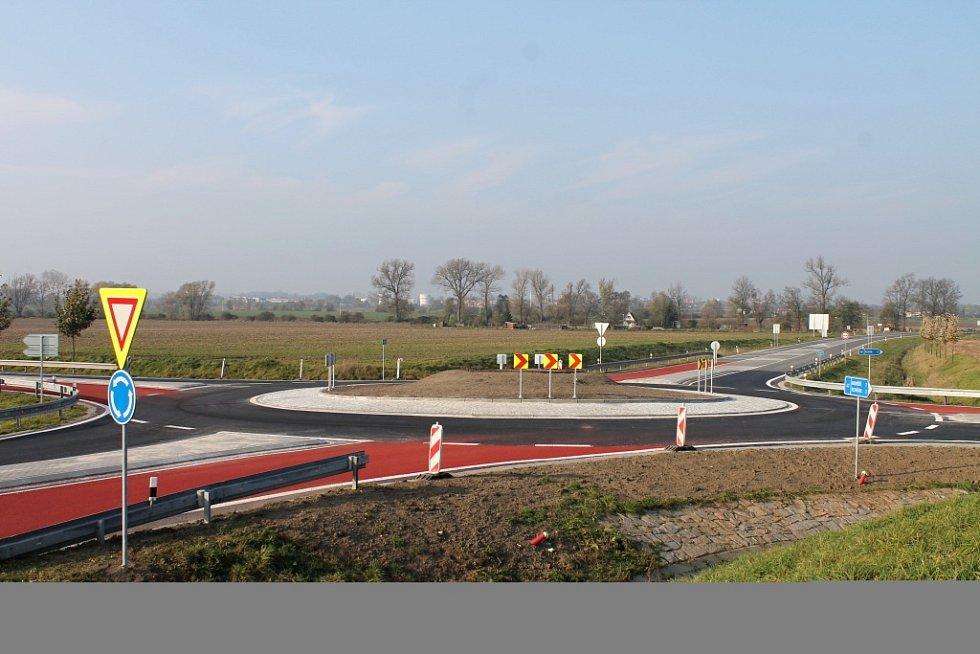 Nechvalně známou křižovatku u Bezměrova nahradil se začátkem listopadu 2014 kruhový objezd. Od změny přednosti v roce 2011 tu došlo k 53 dopravním nehodám.