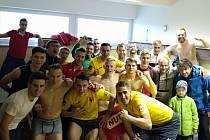 Fotbalisté Kroměříže ve 13. kole Fortuna MSFL zdolali Otrokovice 3:2 a posunuli se na druhé místo tabulky. Po derby se vyfotili v kabině.