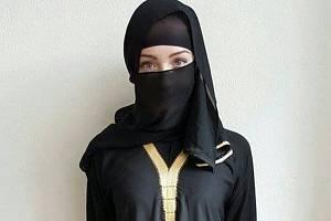 Studentka Valentýna Skácelová se ještě před útoky v Paříži v rámci své ročníkové práce v převleku za muslimku procházela ulicemi měst v regionu, aby otestovala reakce lidí.