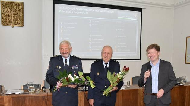 Velitel Sboru dobrovolných hasičů (SDH) Kroměříž Zdeněk Janásek (na snímku vlevo) tak převzal stříbrný a starosta SDH Kroměříž Antonín Františ (uprostřed) bronzový kroměřížský tolar.