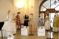 Co se nosilo v době Rokoka ukazuje výstava Krásy rokokové módy v Muzeu Kroměřížska na Velkém náměstí.