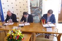 Memorandum o budoucí spolupráci v oblasti turistického ruchu podepsali v pondělí 15. února v Olomouci (zleva) starosta Lednice Libor Kabát, olomoucký primátor Antonín Staněk a kroměřížský starosta Jaroslav Němec.