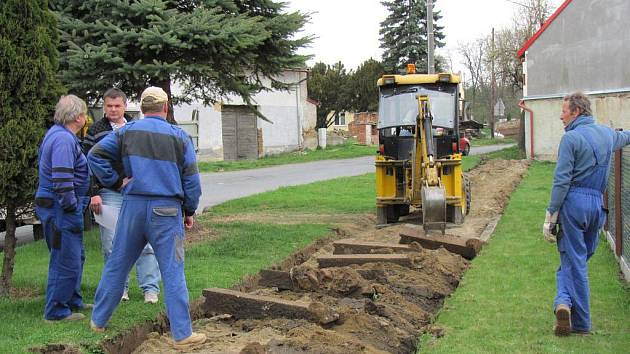 V Nětčicích pracují v těchto dnech dělníci na opravě chodníků.