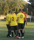 Fotbalisté třetiligové Kroměříže (ve žlutých dresech) porazili divizní Lanžhot 2:0 po prodloužení a postoupili do druhého kola MOL Cupu.