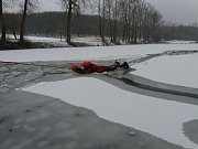 Záchranu člověka, pod kterým se probořil led, trénovali krajští hasiči například na rybníce v Morkovicích.