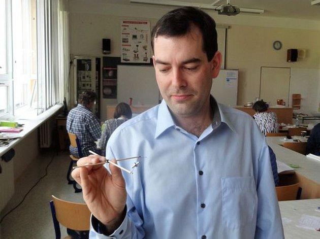 Na netradičním semináři pro učitele fyziky na Základní škole Oskol v Kroměříži nechyběly praktické ukázky: pedagogové si například vyrobili a vyzkoušeli vlastní polystyrenový model letadla k demonstraci výuky o vzdušných proudech.