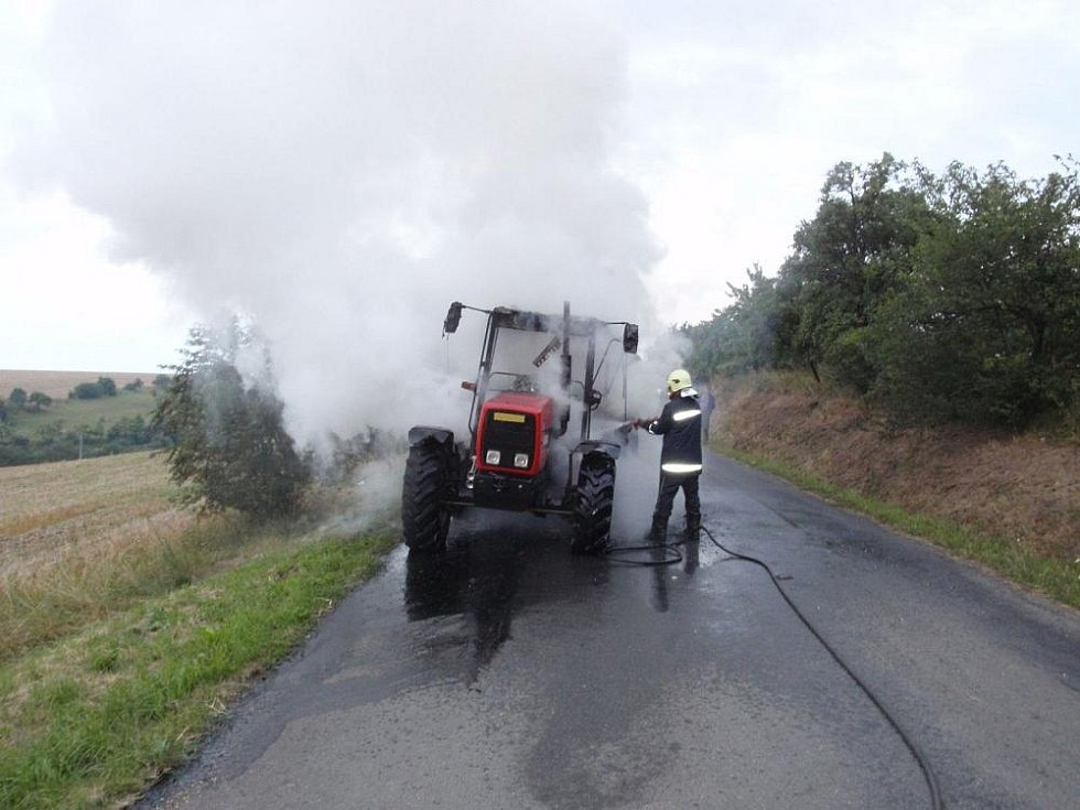 Požár traktoru na silnici mezi obcí Litenčice a Hoštice