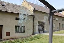 Třicetiletý muž poničil v úterý 12. května odpoledne v opilosti autobusovou zastávku ve Zdounkách, nyní čelí podezření z výtržnictví a poškození cizí věci.