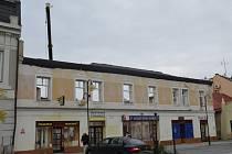 Objekt bývalé restaurace Slávia opravují v těchto dnech dělníci na holešovském Náměstí Dr. E. Beneše.