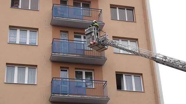 Hasiči v Kroměříži nacvičovali požár výškové budovy