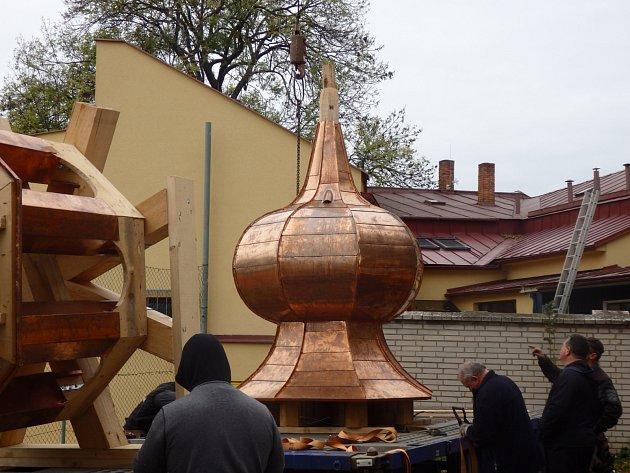 KAPLI OPĚT ZDOBÍ JEHO DOMINANTA. Věžička se povedla a věrnou replikou původní. Už zbývá pouze zavěsit zvon, na který se v současné době shání finanční prostředky.