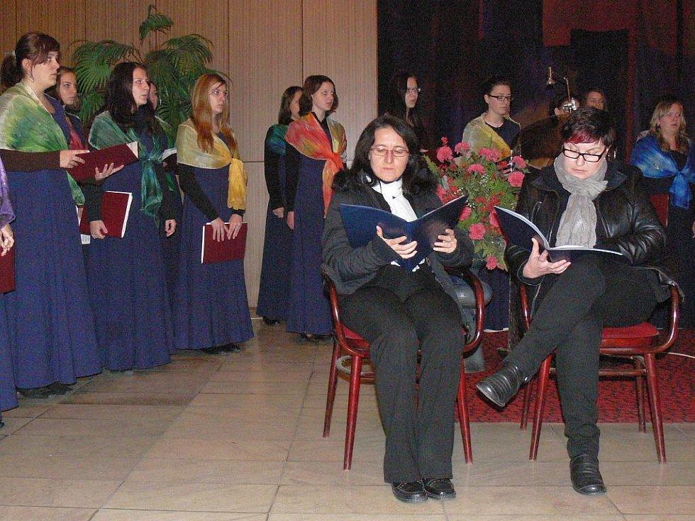 Ve Smuteční síni kroměřížského hřbitova se v pondělí 31. října 2011 uskutečnila akce Památka na zesnulé. V programu vystoupil dívčí pěvecký sbor Střední pedagogické školy v Kroměříži a zarecitovali členové Klubu přátel při Knihovně Kroměřížska.
