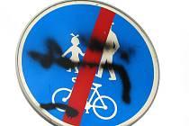 Dopravní značky jsou na Kroměřížsku stále velmi častým cílem vandalů, kteří je otáčí, vyvracejí, deformují, kradou a sprejují na ně. Za podobné počínání však podle zákonů hrozí až roční vězení. Výjimkou není ani samotná Kroměříž, kde sprejer takto krásně