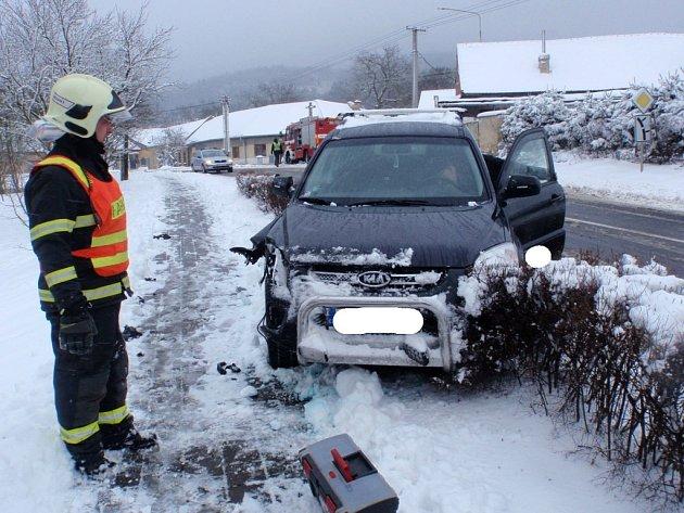 Do sloupu veřejného osvětlení v Cetechovicích naboural v neděli 25. ledna řidič se svou Kia Sportage. Poničil při tom místní rozhlas.