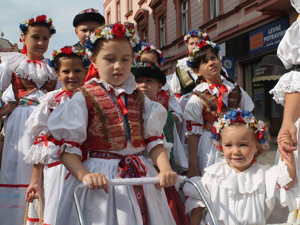 Krajské dožínky se v Kroměříži o víkendu uskutečnily už po osmé. Rekordní krojovaný průvod, řemeslný jarmak i regionální potraviny přilákaly davy návštěvníků ze širokého okolí.