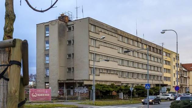 Dodavatele, který přestaví sídlo bývalé vojenské správy v Havlíčkově ulici na byty, vybrala radnice v Kroměříži. Veřejnou zakázku získala společnost VW Wachal z Kroměříže, hotovo by mělo být nejpozději na jaře roku 2023.