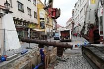 V Kroměříži pokračují opravy Vodní ulice: práce začaly v březnu, po firmě VaK nyní nastoupí plynárenská skupina innogy, která položí nové potrubí, a jako poslední bude povrch ulice opravovat město. Hotovo by mělo být nejpozději v září, oprava zbylé části