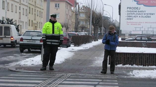 Kroměřížská policie prochází rozsáhlou reformou, nové vedení se snaží naplňovat i dané priority. Jednou z nich je dohled nad přechody u škol, na sídlištích i u domovů důchodců. Na snímku policisté mezi sedmou a osmou hodinou ranní na Slovanském náměstí.