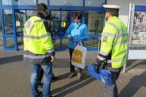 Preventivní akci zaměřenou na informace o nebezpečí pro zákazníky ze strany kapesních zlodějů pořádali druhý březnový týden policisté před supermarkety v Kroměříži.