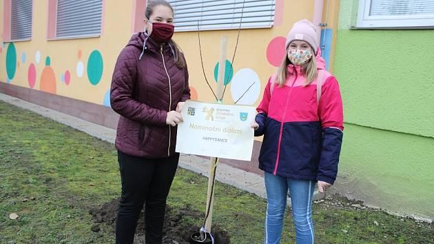 Účastníci Zlatého oříšku zasadili v TYMY ovocné stromky.