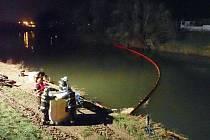 Hasiči v Kroměříži vystavěli v pátek na řece Moravě nornou stěnu