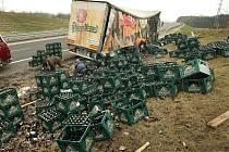 Ranní nehoda kamionu, při které se v pondělí 28. března rozsypal náklad pivních lahví, zkomplikovala dopravu na rychlostní silnici R55 nedaleko Tlumačova.